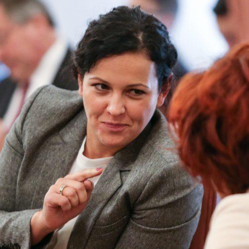 Klubobfrau Helena Kirchmayr im Landtagssitzungssaal im Gespräch mit einer Kollegin