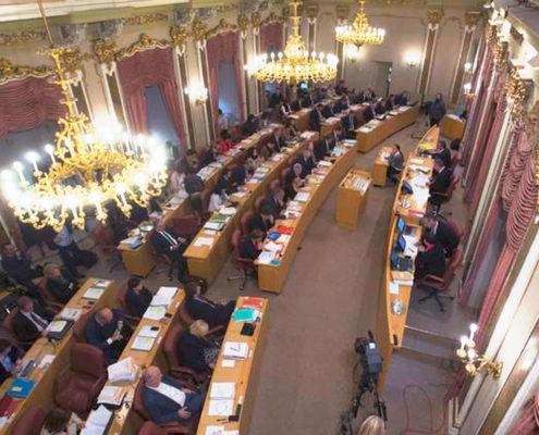 Blick von oben in den voll besetzten Landtagssitzungssaal