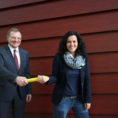 Landeshauptmann-Stellvertreter Thomas Stelzer übergibt der neuen Klubofrau ein Staffelholz