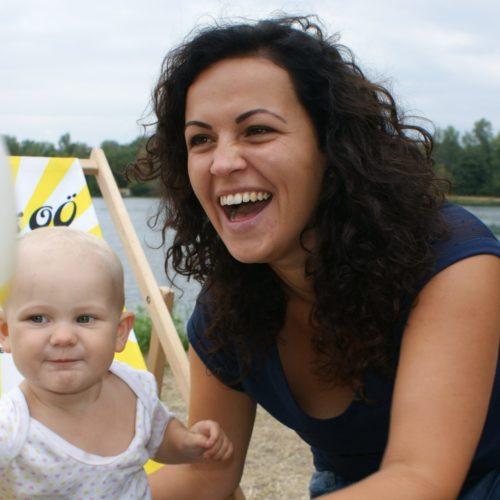 Helena Kirchmayr spielt und lacht mit einem Kleinkind