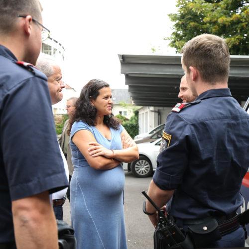 Helena Kirchmayr im Kreis von Polizeibeamten