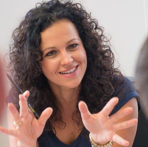 Helena Kirchmayr diskutiert und gestikuliert