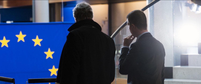 Zwei Männer in einem Amtsgebäude der EU