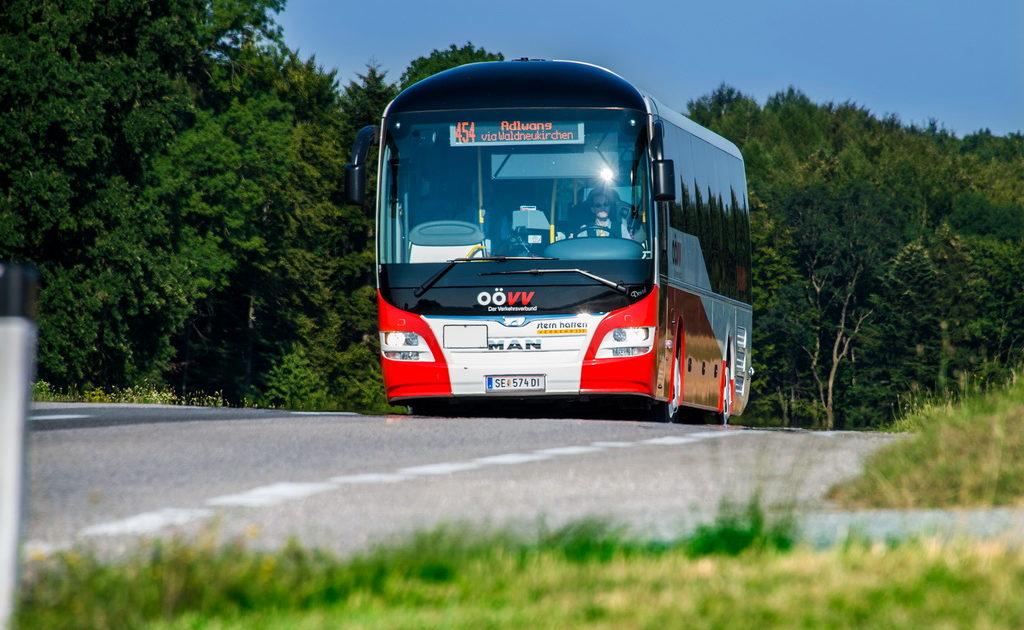 Bus fährt auf der Straße